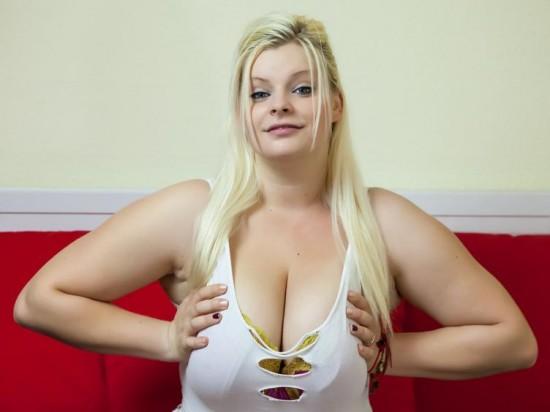 Dickes Girl mit prallen Titten vor der Pornocam